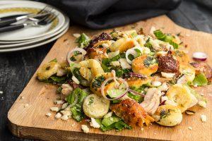 Brödsallad – Kycklingsallad med persiljefrästa brödbitar