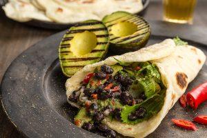 Tortilla med marinerade bönor och grillad avokado