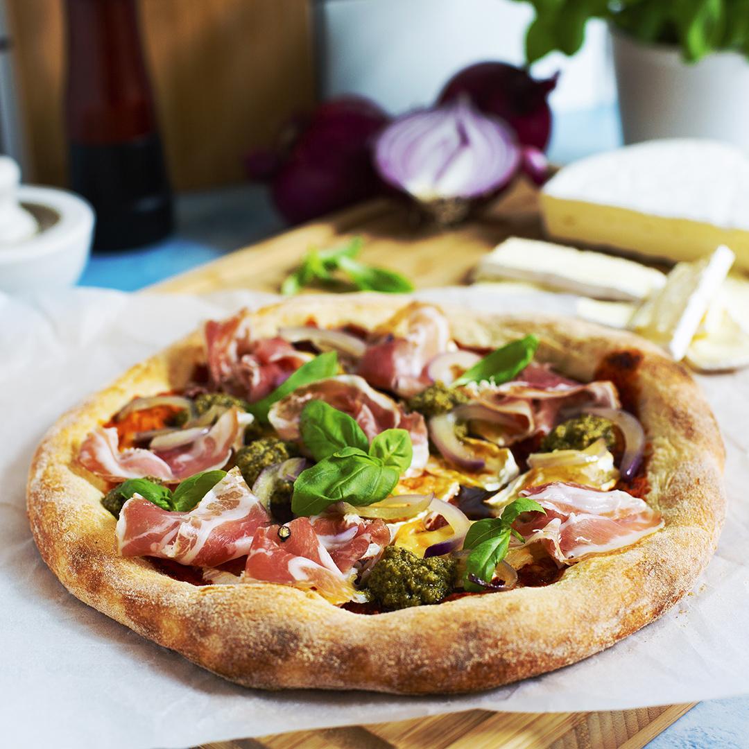 Rund pizza med Brieost, parmaskinka och pesto