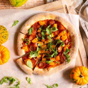 Rund pizza med rostad pumpa och chorizo