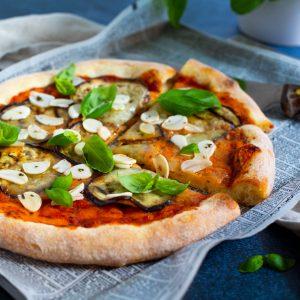 En rund matig pizza med mozzarella och inlagd vitlök.