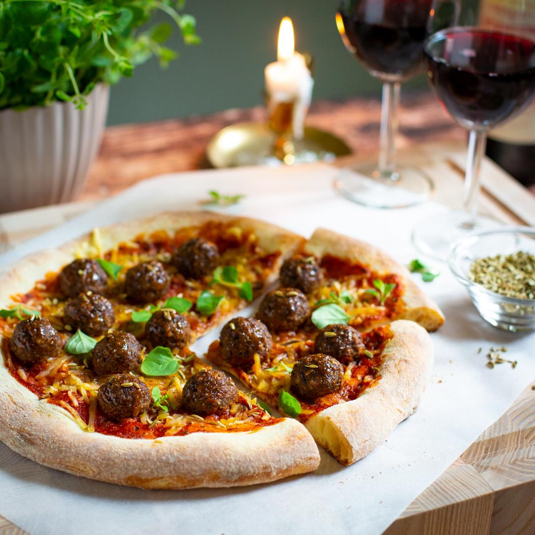 Smaskig rund lyxpizza med veganska bullar och fänkålsfrö.