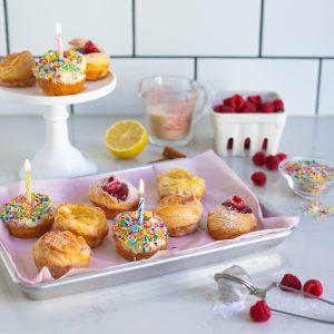 Ett fat med många härliga muffins med olika garnityr.